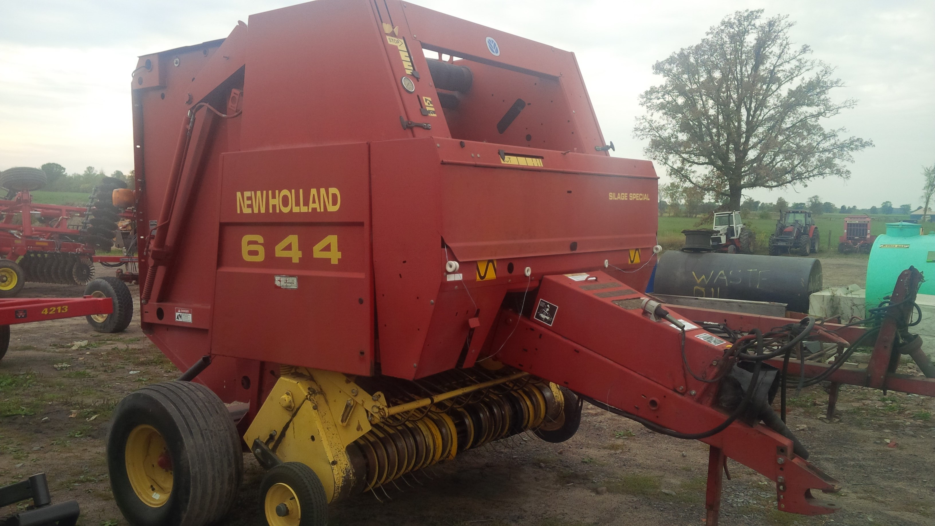 1998 New Holland 644 Baler/Round